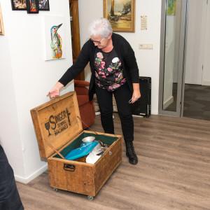 Karin van Venrooij opent de herinneringskoffer. (foto's Evelien IJpelaar.