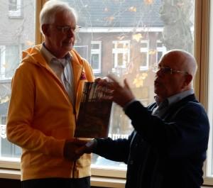 Jan Vera overhandigt voorzitter André van Rijswoud de nieuwe uitgave van Straet & Vaert. Foto: James Hannam.